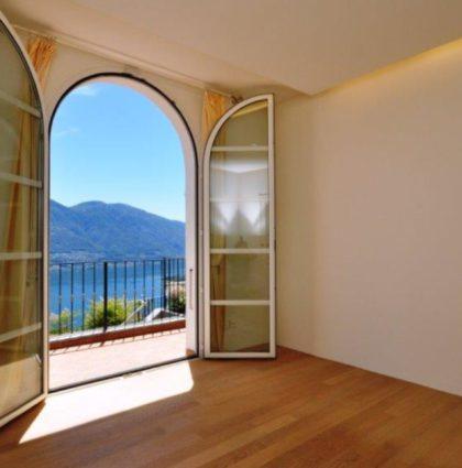 Villa unifamiliare in stile mediterraneo con piscina e vista lago panoramica a 180 °